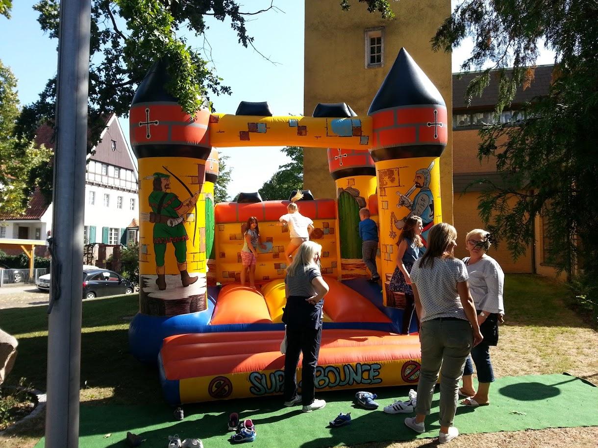 Die Hüpfburg erfreute nicht nur kleine, sondern auch etwas größere  Kinder :-)