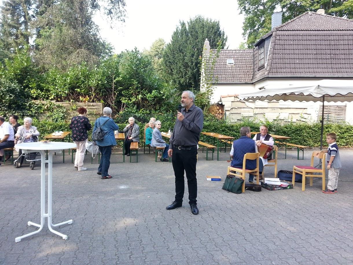 Pfarrer Busche begrüßt die Anwohner*innen der Wiesenstraße und die Gemeindemitglieder St. Marien