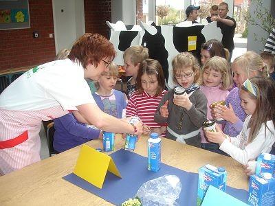 Landfrau Birgit Röttger erklärt Grundschülern die Butterherstellung aus Sahne.