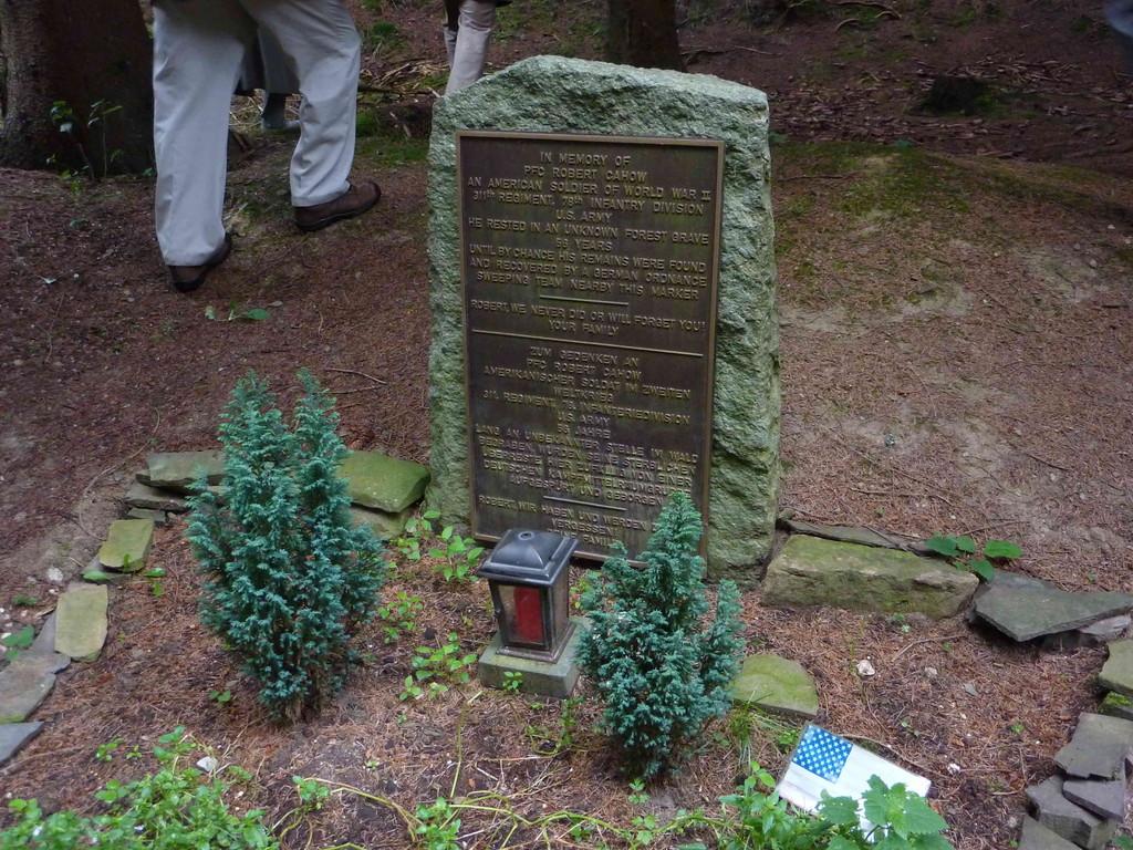 4. Tag - Hürtgenwald/ Gedenktafel f. i.J.2000 gefundenen amerk.Soldaten