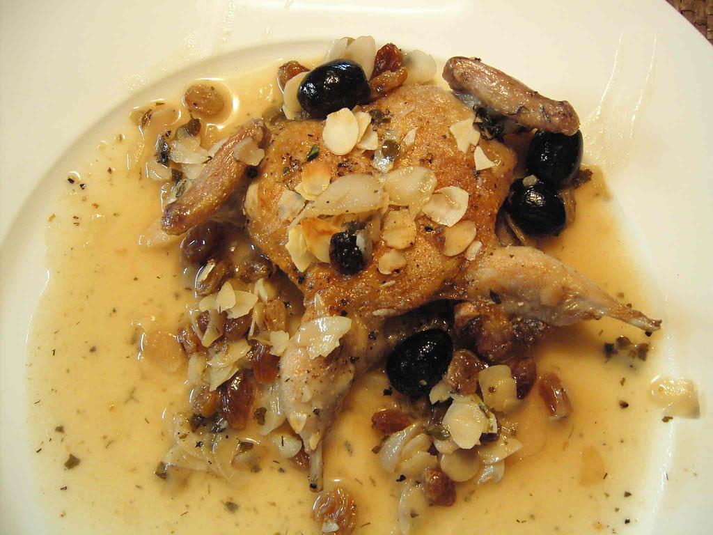 gebratene Wachtel mit Grappa-Rosinen, Oliven und Mandelsplitter