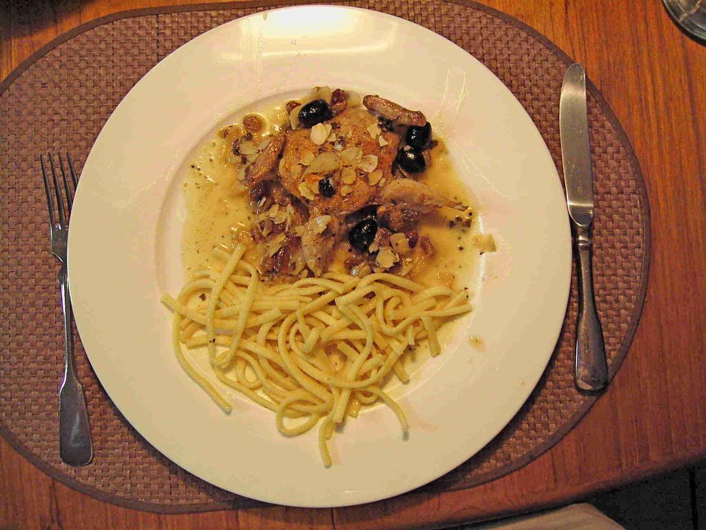 gebratene Wachtel mit Grappa-Rosinen, Oliven und Mandelsplitter, dazu Spätzle