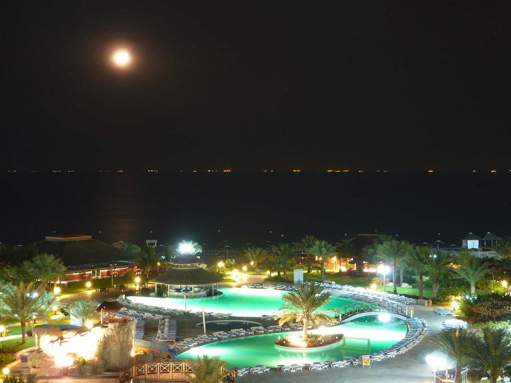 9.-13. Tag - Hotel Rotana Resort Fujaihra - bei Nacht / im Hintergrund Tanker zur Aufnahme von Öl