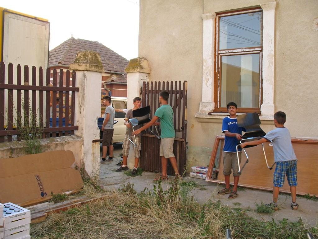 07.07.2015 Kinderheim u. Schule in Pestresti -  Ausladen der Schulmöbel