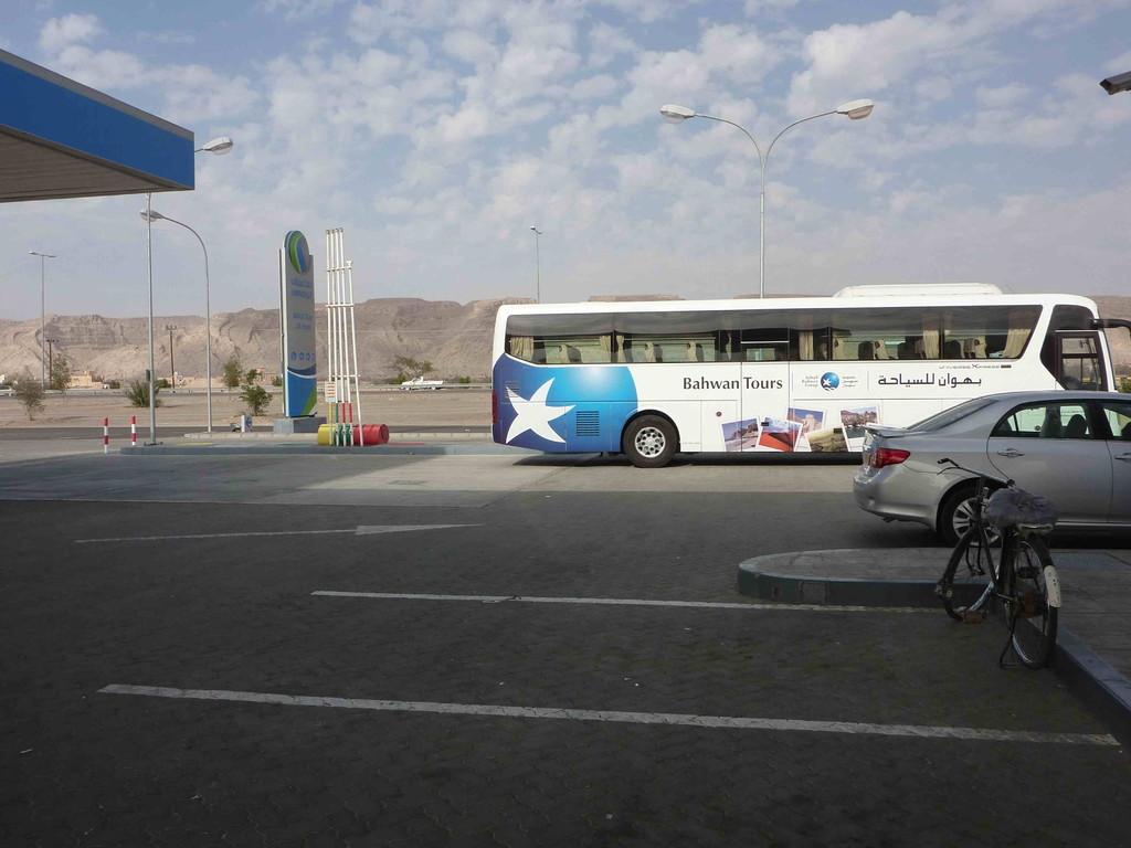 2. Tag - Auf der Fahrt von Al Ain über Bahla nach Nizwa -Tankstop