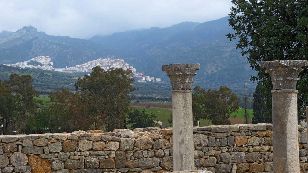 3.Tag - Volubilis - im Hintergrund der Wallfahrtsort Moulay Idriss II
