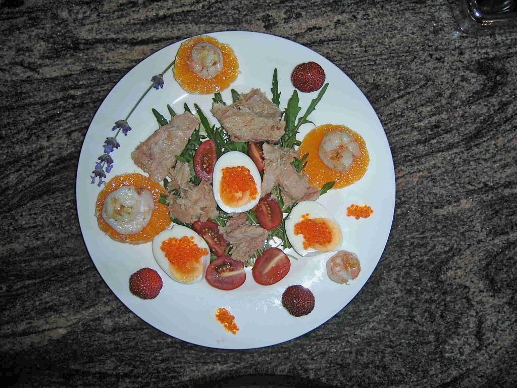 weißer Thunfisch auf Raucke mit Scampis auf Orangenscheiben