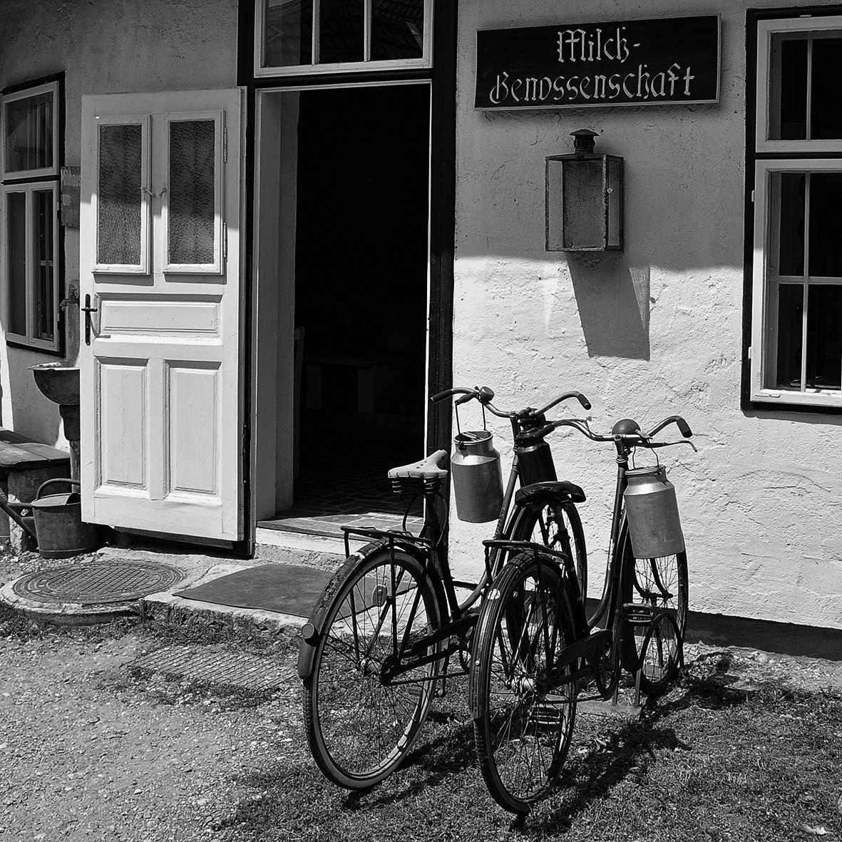 Vor der Milchsammelstelle, Mönchhof, Bgld, Dorfmuseum