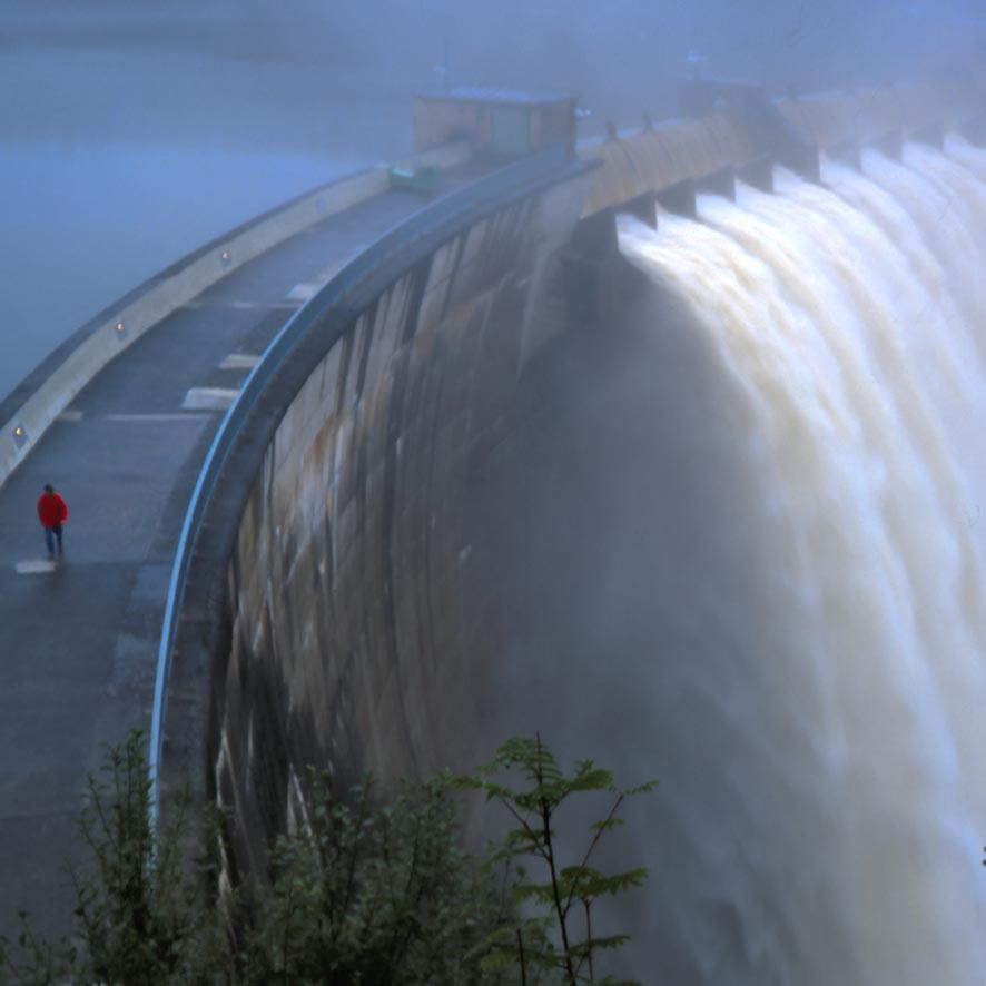 Überlauf der Sperre Ottenstein während des Hochwassers 2002