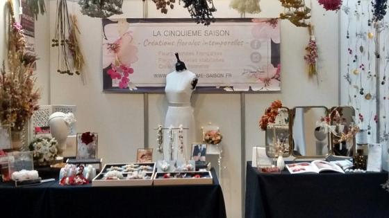 Stand de La cinquième Saison, artisan crétrice, fleuriste spécialisée en fleurs séchées, au 23eme salon des artisans créateurs de Lodève. Accessoires et bouquets en fleurs séchées pour le mariage.