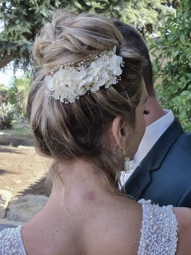 Peigne de mariée en hortensia blanc ivoire et mini gypsophile stabilisés, création de la cinquième saison.