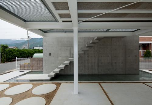 2階玄関へのコンクリート階段と水盤