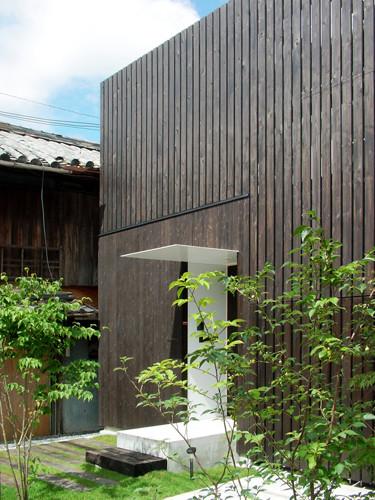 木格子の黒と、木々の緑のコントラスト