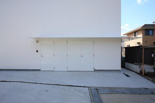 玄関扉と自転車・バイク置場への扉が並ぶアプローチ