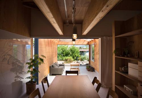台所、食堂、屋外居間から畑へと一直線につながっていく空間