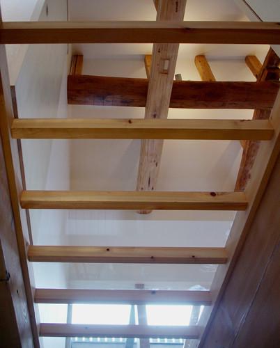 1階リビングから2階ガラス床を見上げる