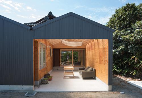 外と中を繋ぐ屋外居間 次の世代の増築につながる空間
