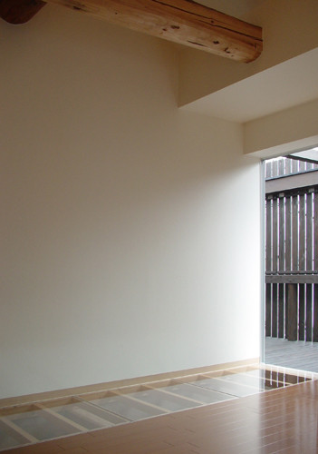 2階の大きな窓から入った光は、ガラスの床を通って1階へ