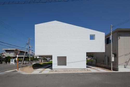 居住空間を2階とすることで、敷地の多くをオープンな空間としています