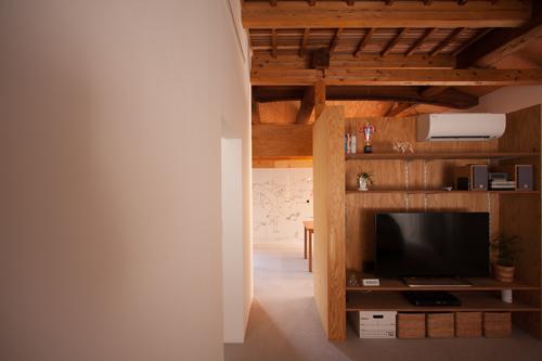 居間から食堂に、緩やかにつながる空間