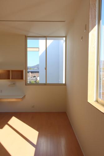 子ども室 天井までの大きな窓から光を十分取り込みます