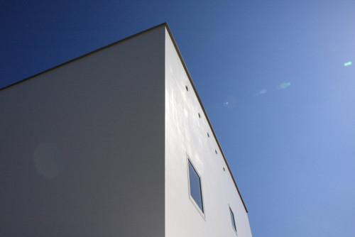 空を切り取るような白いボックス