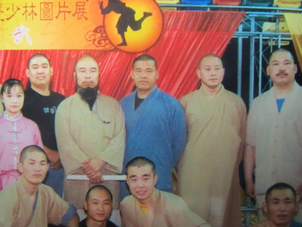 Grossmeister Shi De Meng (Mitte mit blauer Mönchskutte)