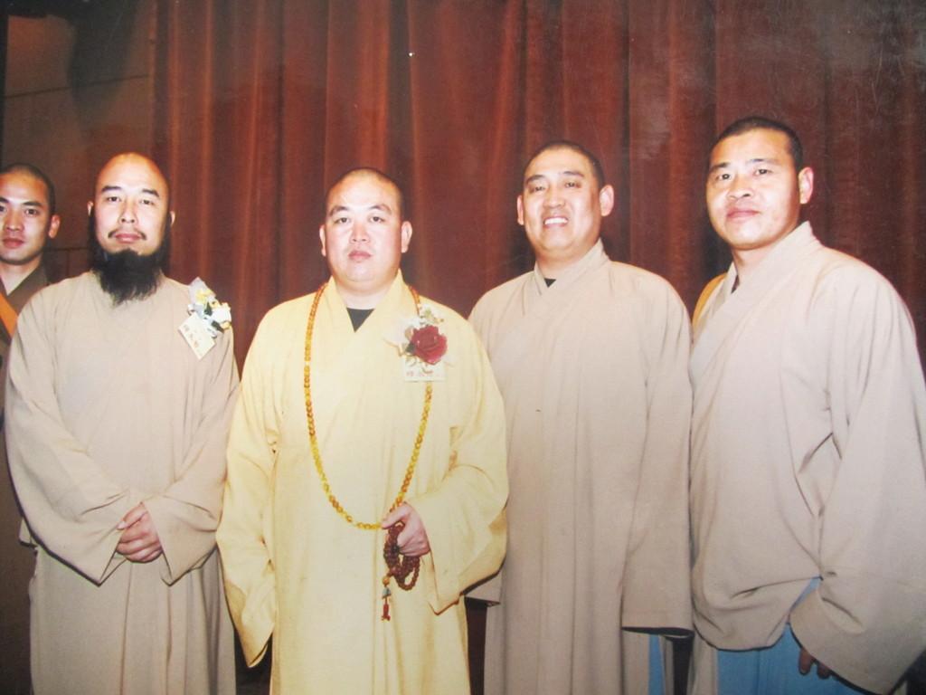 Shi De Meng (ganz rechts) zusammen mit dem Abt Shi Yong Xin