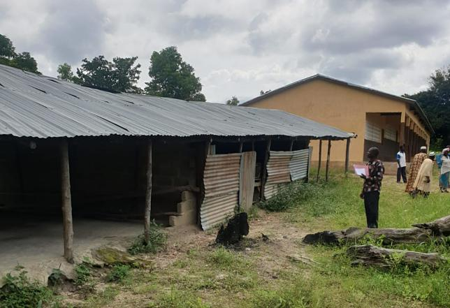 Im Dorf Kparioh: Vorne eine Grundschule – sie gleicht einem halboffenen Schuppen. Im Hintergrund das gemauerte Schulgebäude der Mittelstufe.