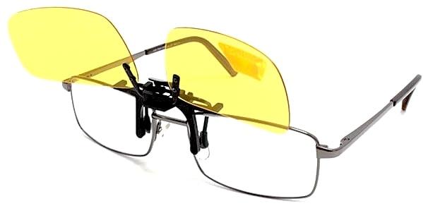 Клипсы на очки Polaroid удобно и стильно.