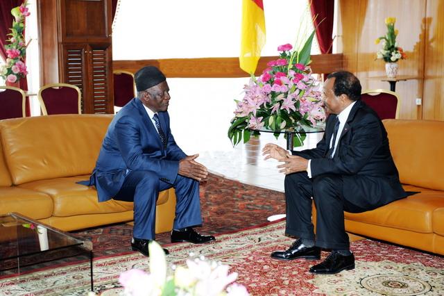Première rencontre officielle entre Paul BIYA et John FRU NDI. Bamenda, 10 décembre 2010