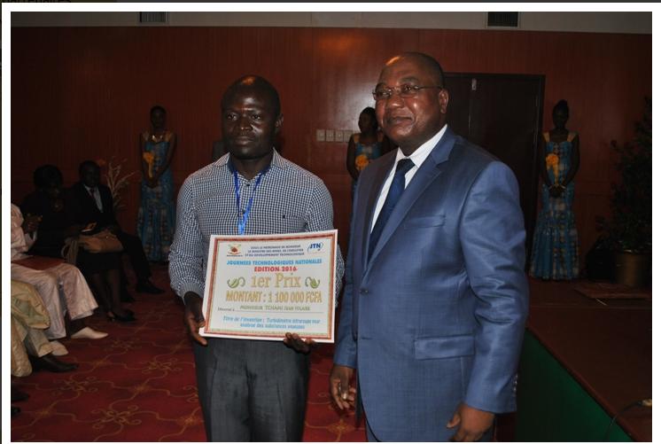Le ministre Gwaboubou remet son prix à Jean Hilaire Tchami, le vainqueur du er prix