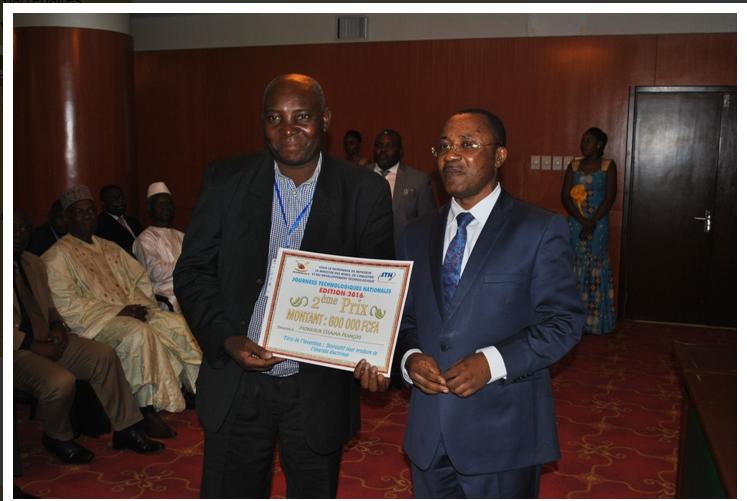 Le secrétaire d'Etat avec le vainqueur du 2ème prix