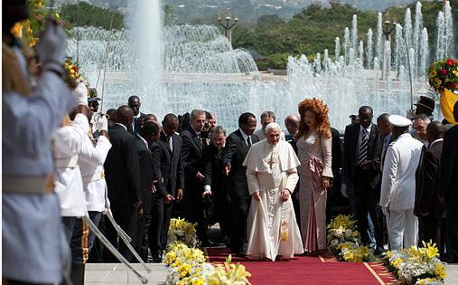 Le Pape arrive au palais d'Etoudi avec Paul et Chantal Biya