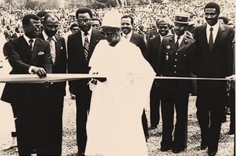 Ahidjo coupe le ruban symbolique devant le premier ministre Paul Biye, le ministre des Mines et de l'Energie, Philémon Yang et le DG de la Sonel, Marcel Niat