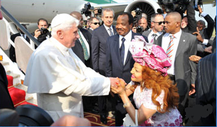 Chantal BIYA salue le Pape Benoit XVI