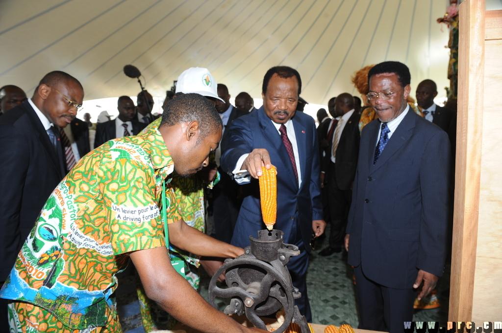 Paul Biya teste une décortiqueuse de maïs
