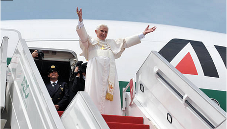 Le Pape Benoit XVI descend de son avion