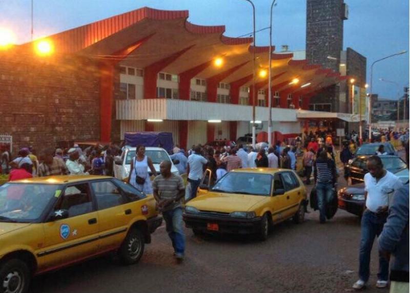 Taxis et voyageurs devant la gare centrale des chemins de fer de Yaoundé