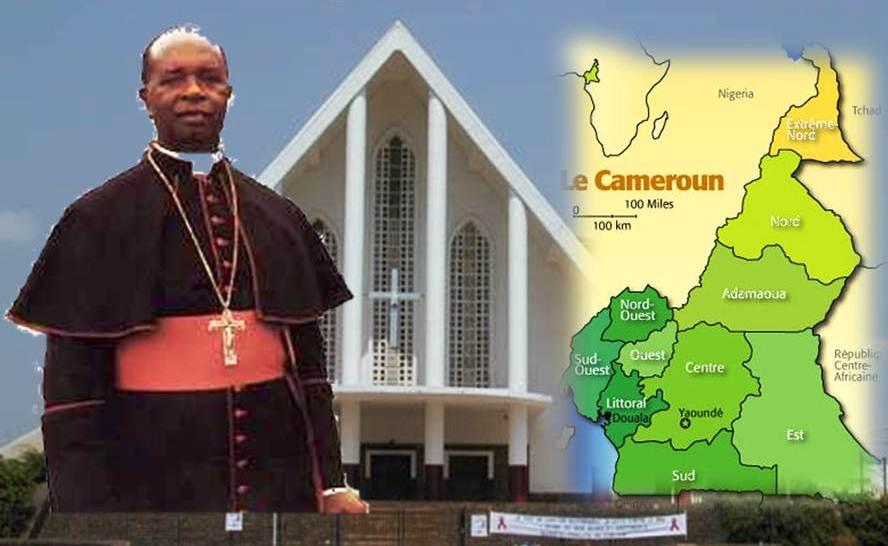 Monseigneur Jean ZOA. En arrière-plan, la Cathédrale de Yaoundé