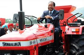 Paul Biya conduit un tracteur