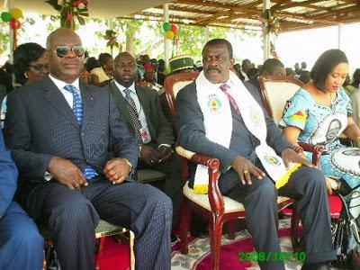 Epharim INONI entre son épouse et le gouverneur EYEYA ZANGA