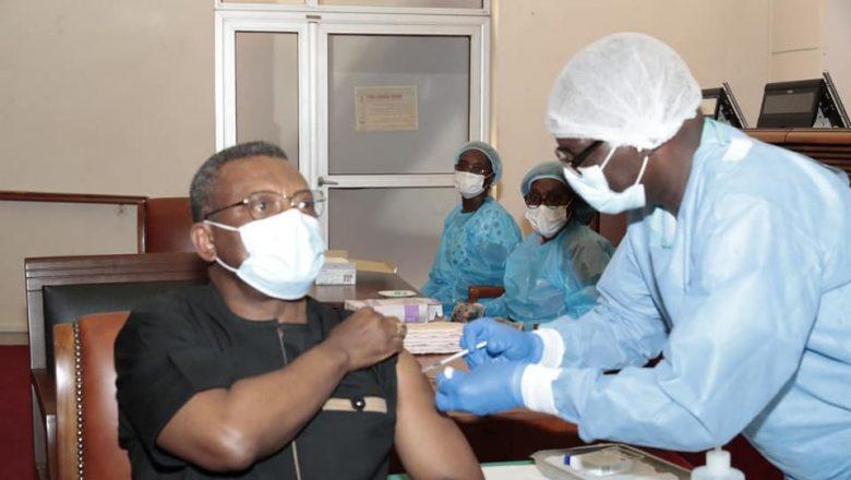 Le PM Dion Nguté reçoit une dose de vaccin anti-covid