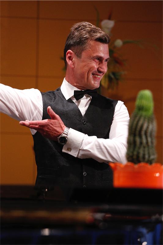 """13. und 14. Mai 2017: Harald Peterstorfer glänzte bei den beiden """"Choropax""""-Konzerten """"Mein kleiner grüner Kaktus"""" einmal mehr als charmanter Solist – wie zum Beispiel beim Schlager """"Kein Schwein ruft mich an""""."""