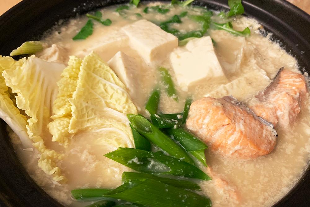 白菜と鮭の豆乳鍋
