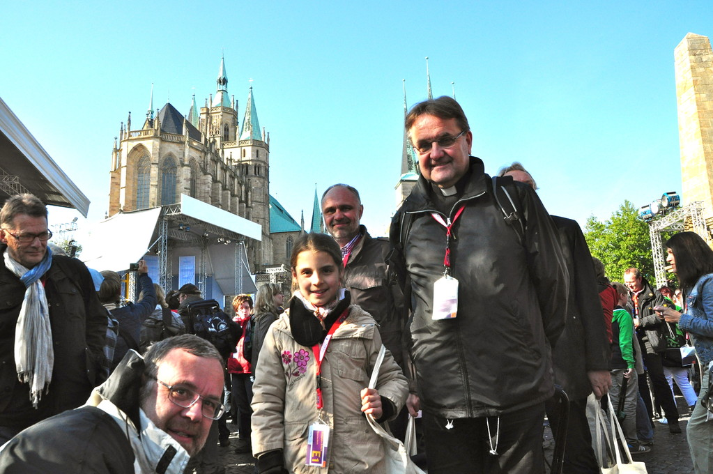 Domkapitular Dr. Peter Hilgert mit der jüngsten Pilgerin Ines