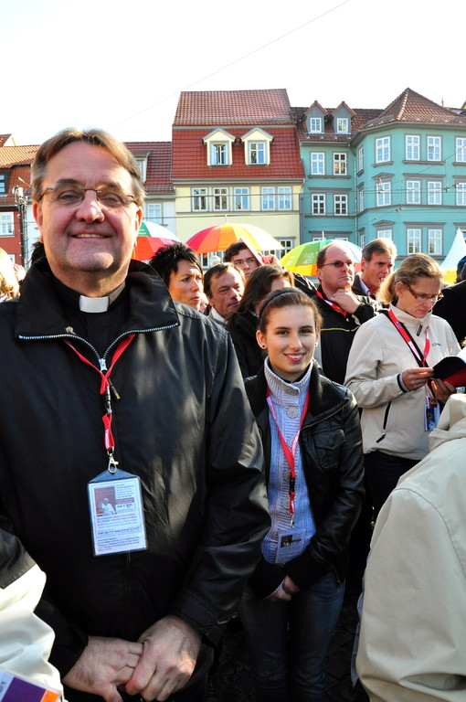 Domkapitular Dr. Peter Hilgert mit der Mainzer Pilgergruppe auf dem Erfurter Domplatz