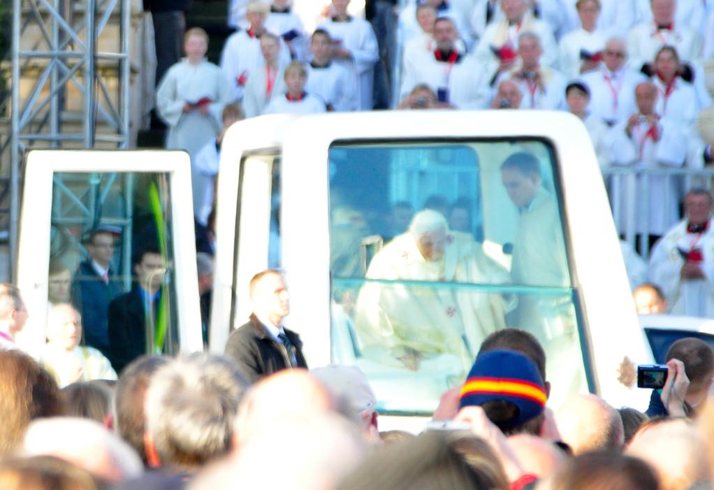 Der Papst kommt, die Menschen jubeln