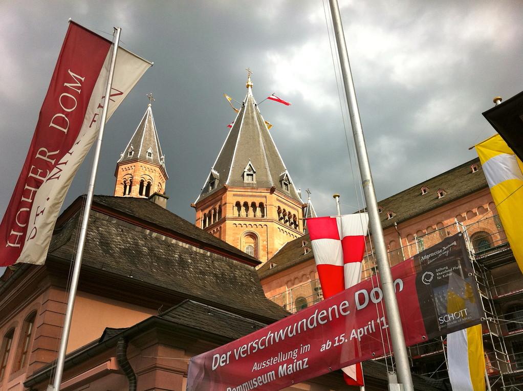 Fahnen vorm Dom (c) Dombauverein Mainz