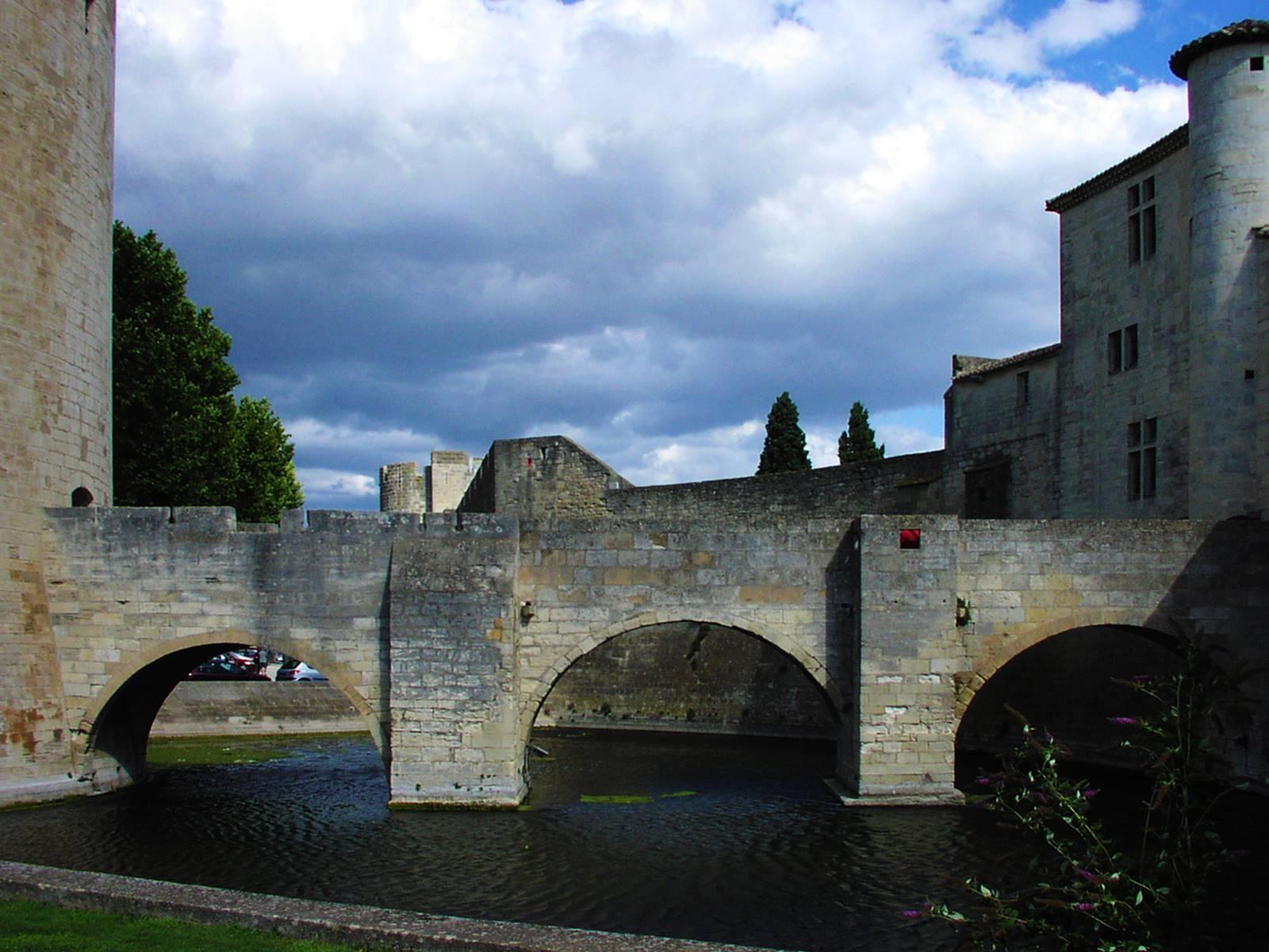 Brücke von der Stadt zum ehemaligen Gefängnisturm
